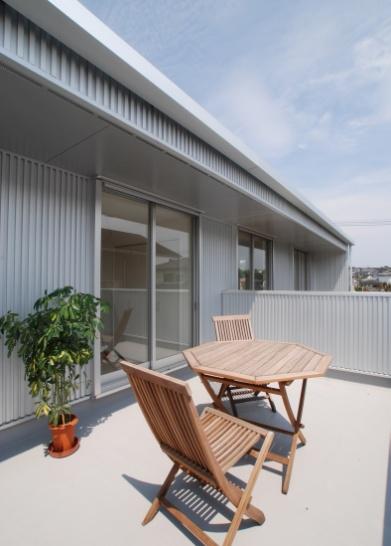 ガルバリウム鋼板を外壁に施したスタイリッシュな家-バルコニー-|郡山市 注文住宅 大原工務店の施工例