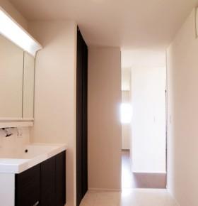 シンプルデザインを追求した注文住宅-脱衣洗面所・クローゼット-|郡山市 注文住宅 大原工務店の施工例
