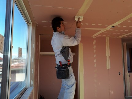 クロス屋さんが、ヘラでパテを塗っていきます。郡山市安積町|郡山市 新築住宅 大原工務店のブログ