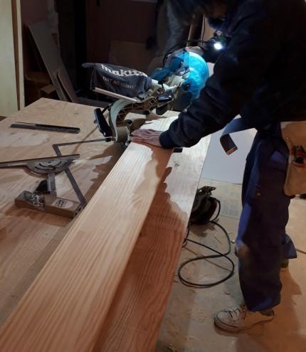大工さんが板をカットしています。郡山市安積町|郡山市 新築住宅 大原工務店のブログ