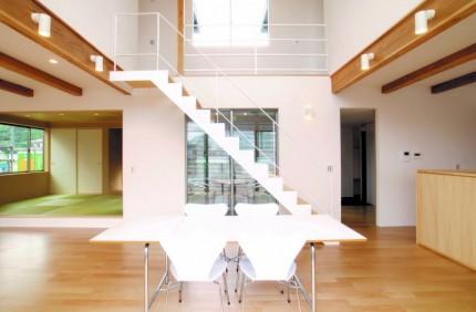 吹き抜けと、アイアンの階段、中庭がカッコいいです。|郡山市 新築住宅 大原工務店のブログ