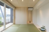 琉球風の縁無畳を採用しオシャレ感とモダンな和室の仕上がりに!! リビングとの仕切り戸を閉めれば、ゲストを招きやすい独立した和室に。