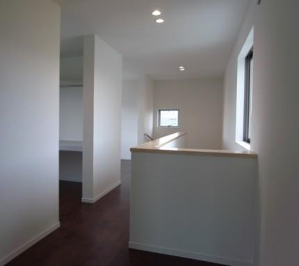 際立った外観を持ちながら、シンプルで美しい家-2階ホール-|郡山市 注文住宅 大原工務店の施工例