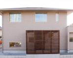 玄関ポーチのひさしに木製ルーバーを設える注文住宅|郡山市 注文住宅 大原工務店 施工例