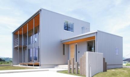 金属外壁と杉板軒天の組合せでシンプルモダンな注文住宅~外観~