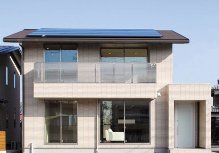 太陽光搭載のアルミの格子手摺がアクセントの注文住宅-外観-|郡山市 注文住宅 大原工務店の施工例