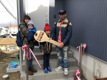 ビッグキーをもって、お引渡しの記念撮影です。本宮市| 郡山市 新築住宅 大原工務店のブログ