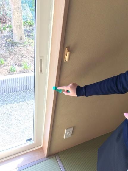 傷があるヵ所に、マスキングテープを貼っていきます。郡山市小原田|郡山市 新築住宅 大原工務店のブログ