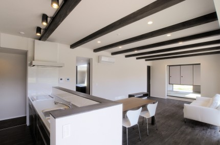 シックでモダンな佇まい、上品な色合いの安らぎの家-LDK-|郡山市 注文住宅 大原工務店の施工例