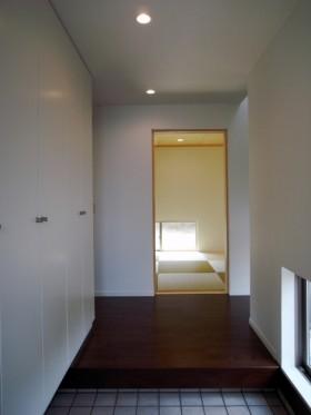 際立った外観を持ちながら、シンプルで美しい家-玄関-|郡山市 注文住宅 大原工務店の施工例