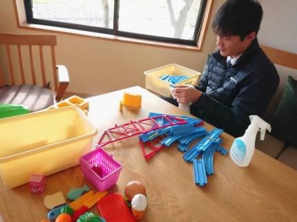 応接室のおもちゃを掃除しています。郡山市安積町|郡山市 新築住宅 大原工務店のブログ