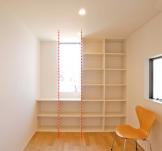本棚と窓の幅がそろっているとスッキリした印象になります。| 郡山市 新築住宅 大原工務店のブログ