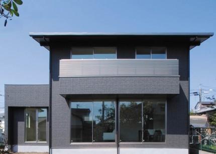 黒い外観が際立つ、片流れの屋根と深い軒で構成される長期優良の注文住宅-外観-|郡山市 注文住宅 大原工務店の施工例