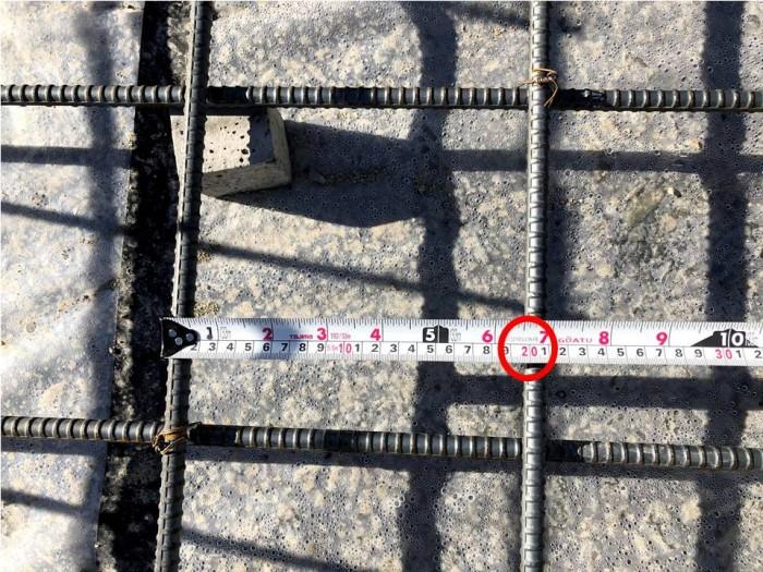 配筋のピッチを測っています。郡山市安積町| 郡山市 新築住宅 大原工務店のブログ