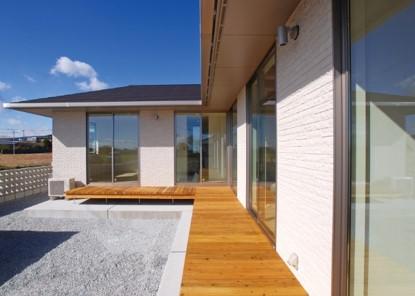 生活動線に配慮した回遊性のある平屋建寄棟注文住宅-ウッドデッキ-