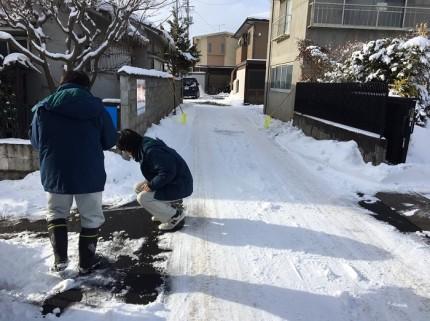 細かいところまで測る工務チームの姿です。福島市永井川|郡山市 新築住宅 大原工務店のブログ