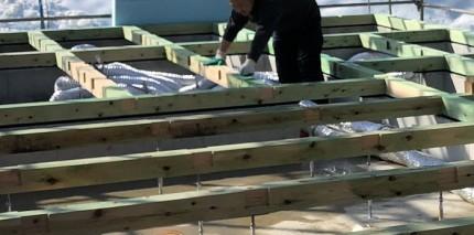 防蟻剤を手で塗っていきます。田村市船引町|郡山市 新築住宅 大原工務店のブログ