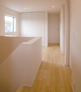 ナチュラルで暖かみのある、外観・内装を白で統一した新築-2階階段ホール-|郡山市 注文住宅 大原工務店の施工例