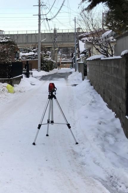 オートレベルを使って、高さを測っていきます。福島市永井川|郡山市 新築住宅 大原工務店のブログ