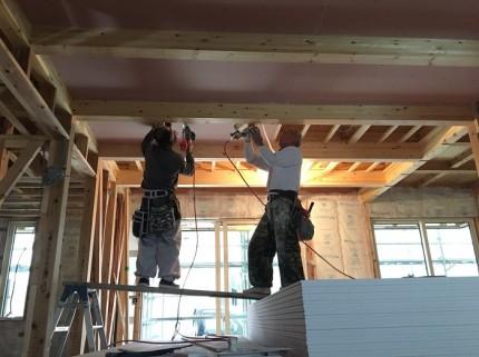 石膏ボードを貼っています。田村郡三春町|郡山市 新築住宅 大原工務店のブログ