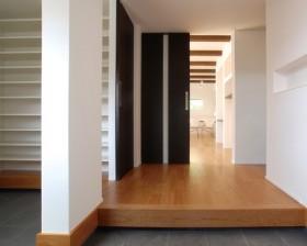 大きなシューズクロークを設けすっきりした玄関|郡山市 デザイン住宅 大原工務店の商品ラインアップ