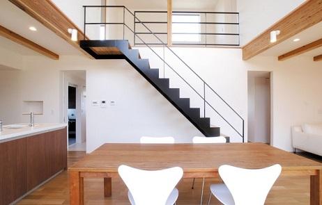 オープン階段を設えた吹抜けダイニング+キッチン|郡山市 注文住宅 大原工務店 施工例