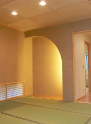 間接照明を壁にとりつけた地窓のある和室