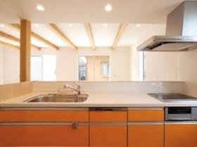 木目調と石張り調で際立つダークブラウンのシンプルデザイン-キッチン-|郡山市 注文住宅 大原工務店の施工例