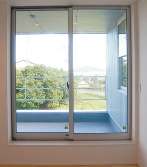 ナチュラルで暖かみのある、外観・内装を白で統一した新築-バルコニー-|郡山市 注文住宅 大原工務店の施工例