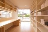 壁全面の本棚とカウンター机を造りつけて、機能的で美しい書斎ルーム。