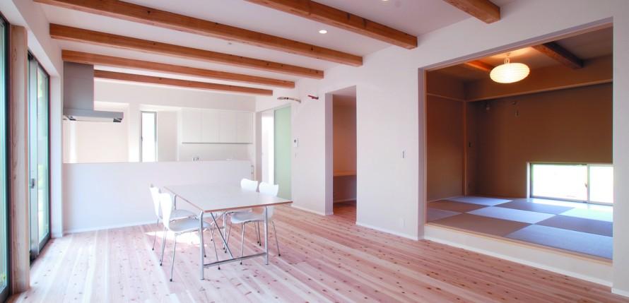 杉無垢材の梁が印象的 20代で建てる注文住宅-リビング-|郡山市 注文住宅 大原工務店の施工例