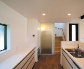 白を基調とした美しい外観のおしゃれなモダンハウス-キッチン-|郡山市 注文住宅 大原工務店の施工例
