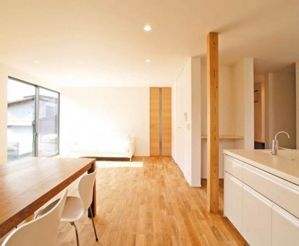 重厚感を持ちながらも、白を基調としたシンプルモダンな寄棟屋根の新築住宅~キッチン・ダイニング~