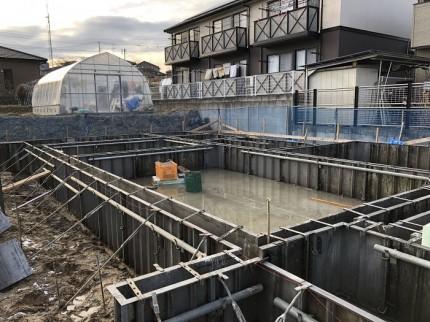 鋼製枠でコンクリートをおさえます。田村市船引間町|郡山市 新築住宅 大原工務店のブログ