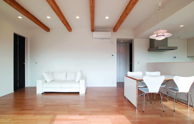 真っ白な外壁の四角い家 シンプルデザインハウス-リビング・ダイニング-|郡山市 注文住宅 大原工務店の施工例