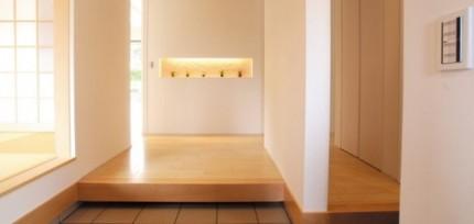 間接照明を埋め込んだニッチが印象的な玄関