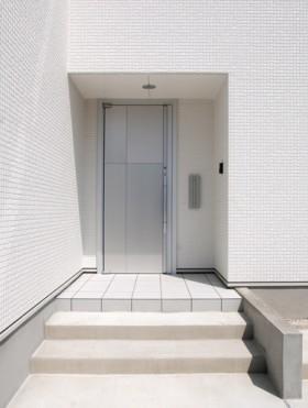 白を基調とした美しい外観のおしゃれなモダンハウス-玄関ドア-|郡山市 注文住宅 大原工務店の施工例
