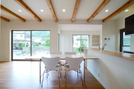 開放的な室内空間と木目が美しい上質な住まい-リビング-|郡山市 注文住宅 大原工務店の施工例