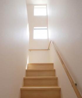 木目調と石張り調で際立つダークブラウンのシンプルデザイン-階段-|郡山市 注文住宅 大原工務店の施工例