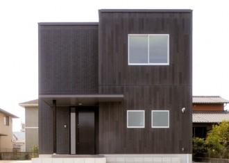 木目調と石張り調で際立つダークブラウンのシンプルデザイン住宅|郡山市 注文住宅 大原工務店の施工例