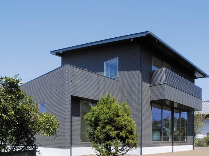 黒い外観が際立つ、片流れ屋根と深い軒の長期優良住宅-外観-|郡山市 注文住宅 大原工務店の施工例