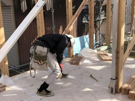 大工さんが下げ振りを確認しています 郡山市小原田 | 郡山市 新築住宅 大原工務店のブログ