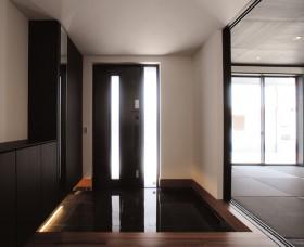 シンプルモダン 黒が美しい上質ワンフロアの平屋-玄関-|郡山市 注文住宅 大原工務店の施工例