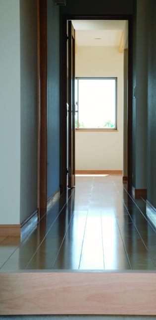 たっぷりの光を取り込む二世帯住宅-玄関-|郡山市 注文住宅 大原工務店の施工例