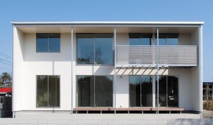 深い軒の出で日射しを調節するパッシブデザインの箱型の家
