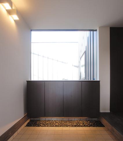 シックでモダンな佇まい、上品な色合いの安らぎの家-玄関-|郡山市 注文住宅 大原工務店の施工例