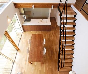 オープン階段を設えた吹抜けダイニング+キッチン