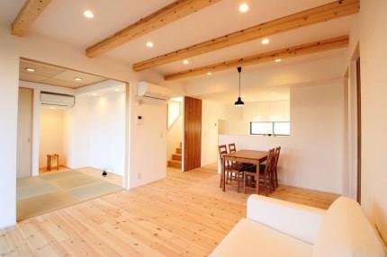 自然素材をつかった 子育て世代が広々暮らす34坪のシンプルな家