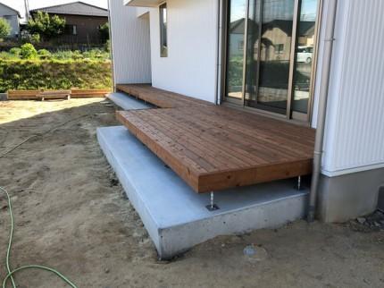 新築のウッドデッキが完成です。
