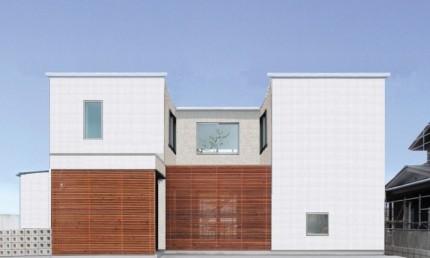 白のキューブ型のコートハウスです。